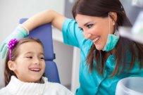 dziewczynka u dentysty